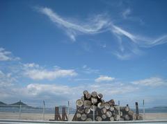 空と雲と木材