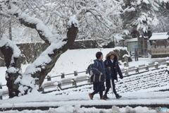 雪が降っても 元気に登校