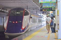 新幹線つばさと 見送る家族