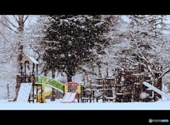 誰もいない吹雪の公園