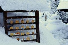 絵馬と雪景色