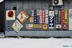雪景色とホーローの看板