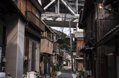 瀬戸大橋と漁村
