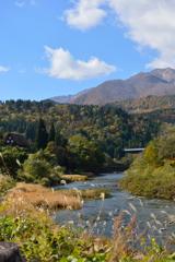川、山、青空と家