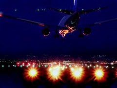 夜の空港に着陸する飛行機