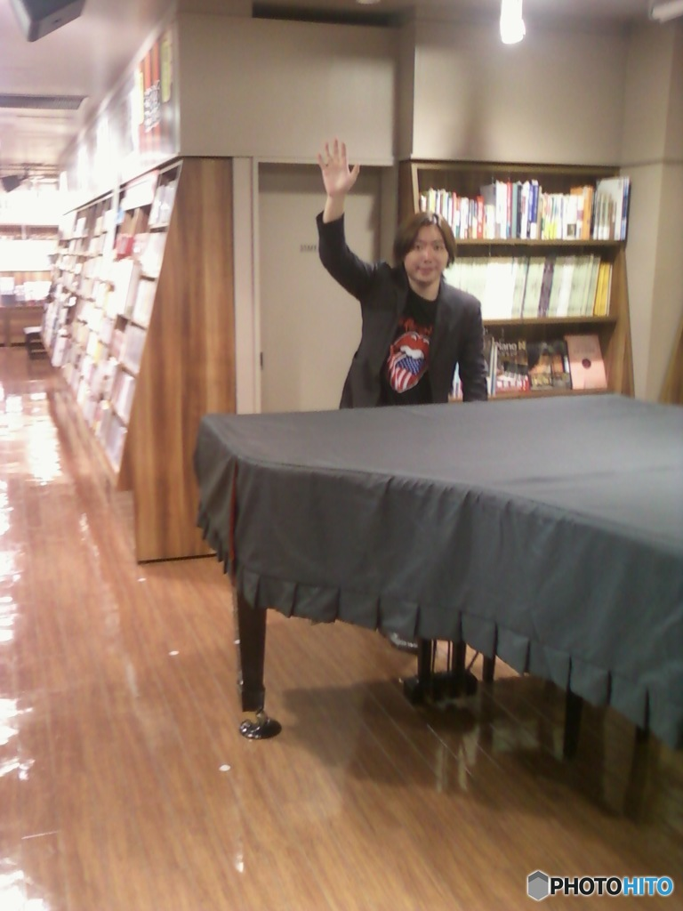 Hideo Ishihara Play The Piano