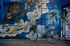 スペイシーな壁と自転車
