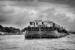 チャオプラヤー川の貨物船