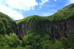 新緑に囲まれた米子大瀑布