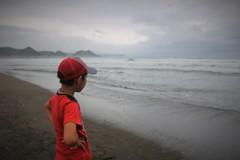 この海の先を見つめるように