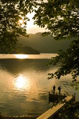 夕湖を眺む
