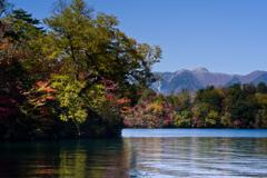 錦を羽織る湖