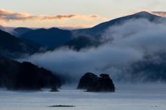 朝霧立つ湖