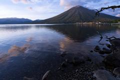 日暮時を映す湖