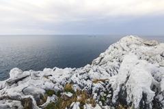 白き岩と海景色