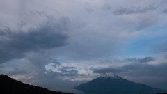 「吊し雲に笠雲」