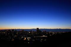 杜の都、夜明け前