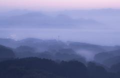 霧の町に佇む