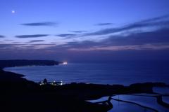 月明かりと漁り火と夕空を映す棚田と。。。