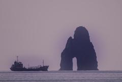 大きな穴のある岩