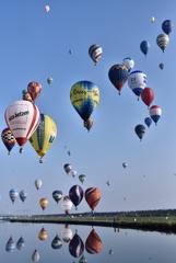 青空の佐賀平野が気球で埋め尽くされました。
