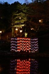 湖面に映るブルーな夕景の竹あかり