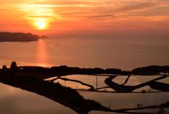 棚田と日本海に沈む夕日