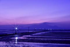 灯りが燈り始めた海床路