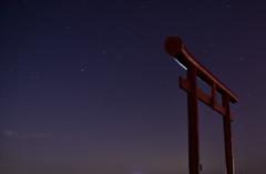 満天の星に照らされた赤い鳥居