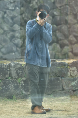 江戸時代の石垣を背にしたガラス越しの相棒