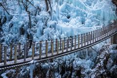 渓谷に架かるつり橋