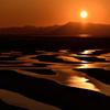 干潟を染める12月17日の夕日