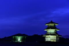 ブルーモーメントに浮かび上がる鞠智城