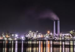 白い煙突がある工場地帯
