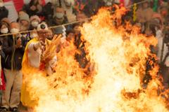 激しい炎に包まれる神事