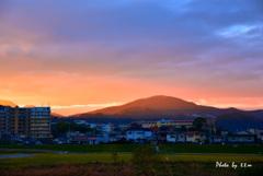 国豊橋から朝日を浴びる寺山
