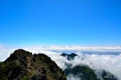 雲海にのまれる南アルプスの頂