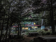 日没の直後の白駒池キャンプ場の光景(青苔荘)