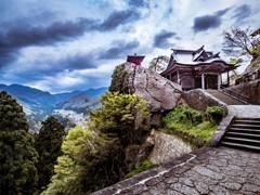 春の輝く雨雲に覆われた山寺(宝珠山立石寺)