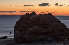 砂浜の巨岩