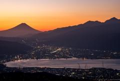 夜明けの富士を見る