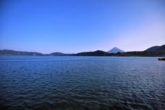 青い空と青い湖
