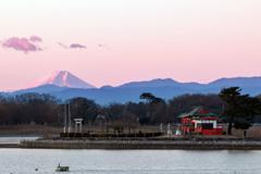朝焼けの富士山と浮島弁財天