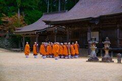 僧侶たちの朝