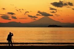 残照の富士山を撮影する人