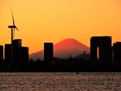 赤富士と風車