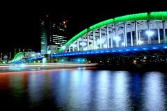 勝鬨橋と屋形船の光跡