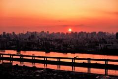 荒川を染める夕陽