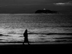 波打ち際を歩く