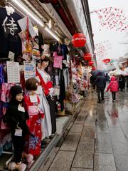 浅草寺新春風景 雨の中を